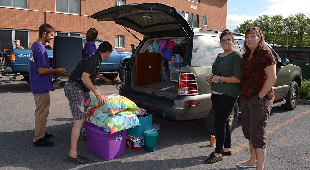 Family helping to move student into dorm